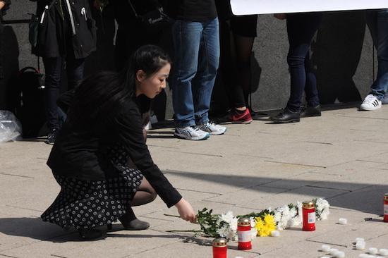 本文作者在悼念活动上献花。摄影:吴国峰。