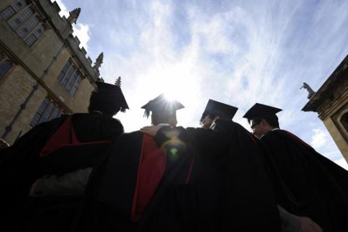 资料图:英国大学毕业生(图片来源:路透社)