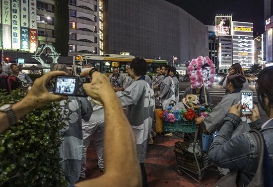 2014年7月16日,日本东京池袋举行灯祭,祭典队列在街头行进。