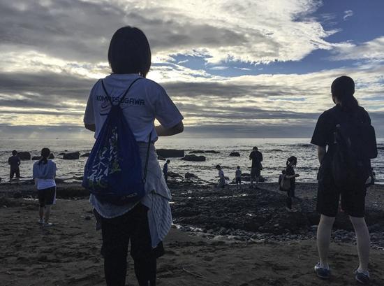 2016年9月9日,日本茨城县大洗町,我所在的日本明治大学诗吟社团举行暑期集训,社员晨跑到海边练声。日本诗吟是一种将汉诗与和歌加上曲调咏唱的艺术形式。