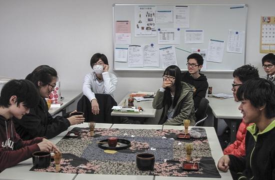 2015年2月6日,日本东京一所语言学校的茶道课上,留学生实践茶道礼仪。