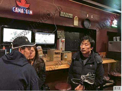 于林海的父亲于德清(右一)走入于林海或出现过的酒吧,与店员交谈,找寻线索。(加拿大《星岛日报》报记者庄昕摄)