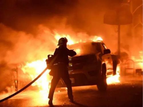 消防员给汽车灭火。