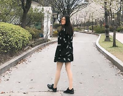李佳妍就读于韩国檀国大学。她认为留学生在外遭到不公正待遇应慎重利用网络,网络传播具有片面性。图为李佳妍在首尔市永登浦区汝矣岛赏花。   (本版照片除署名外,均由受访者提供)
